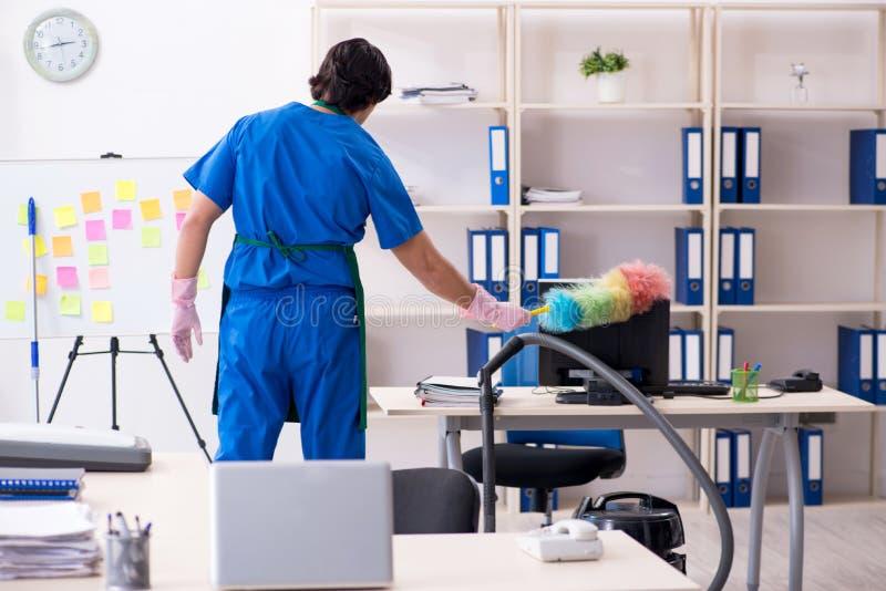 运作在办公室的男性英俊的专业擦净剂 免版税库存图片