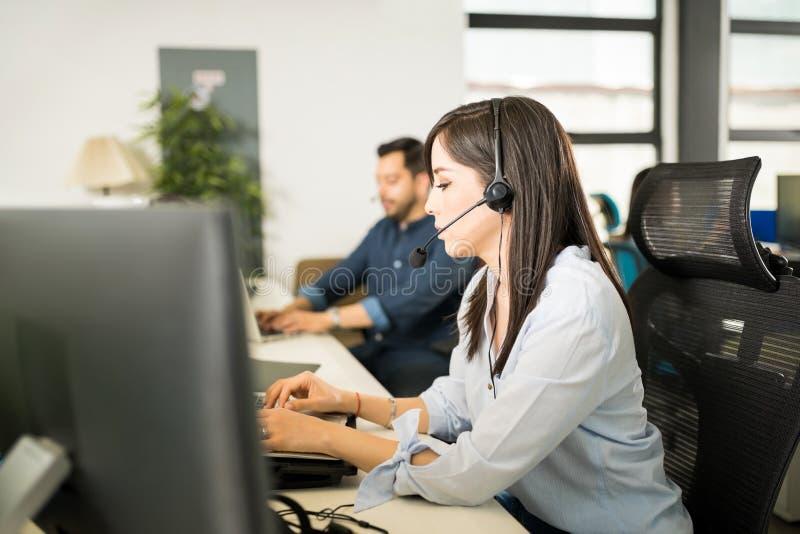 运作在办公室的计算机程序设计者 库存图片
