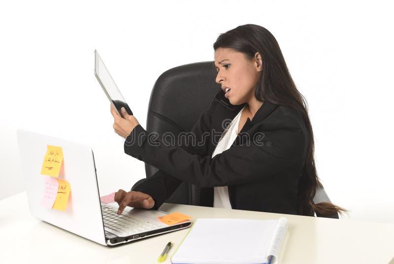 运作在办公计算机书桌的繁忙的女实业家痛苦重音让绝望担心 免版税库存照片