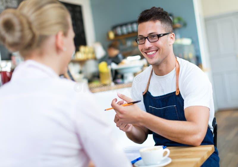 运作在咖啡馆的夫妇 免版税库存照片