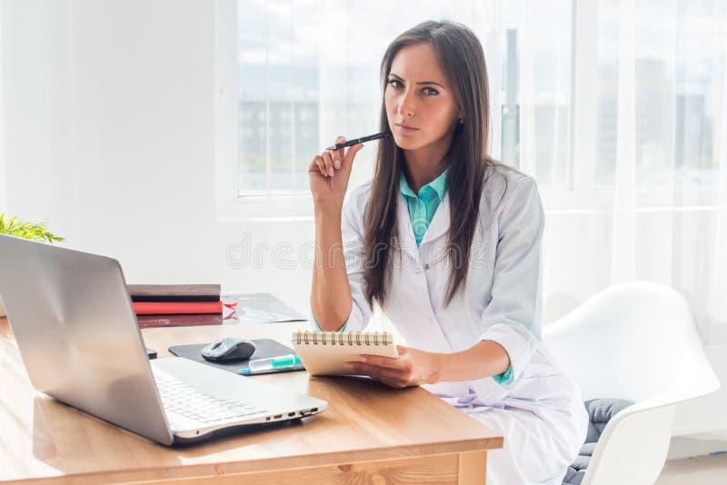运作在她的办公室的医师画象 免版税库存图片