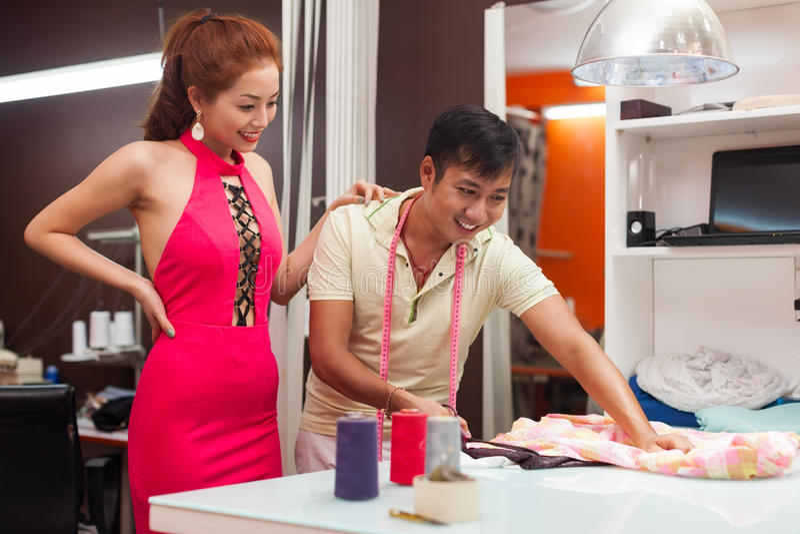 运作在桌上的设计师亚洲人裁缝商店 图库摄影