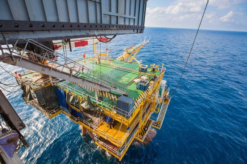 运作在油和煤气泉源平台的凿岩机 库存照片