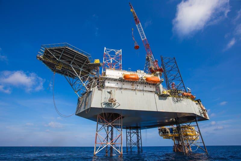 运作在泉源平台的油和煤气凿岩机 免版税库存图片