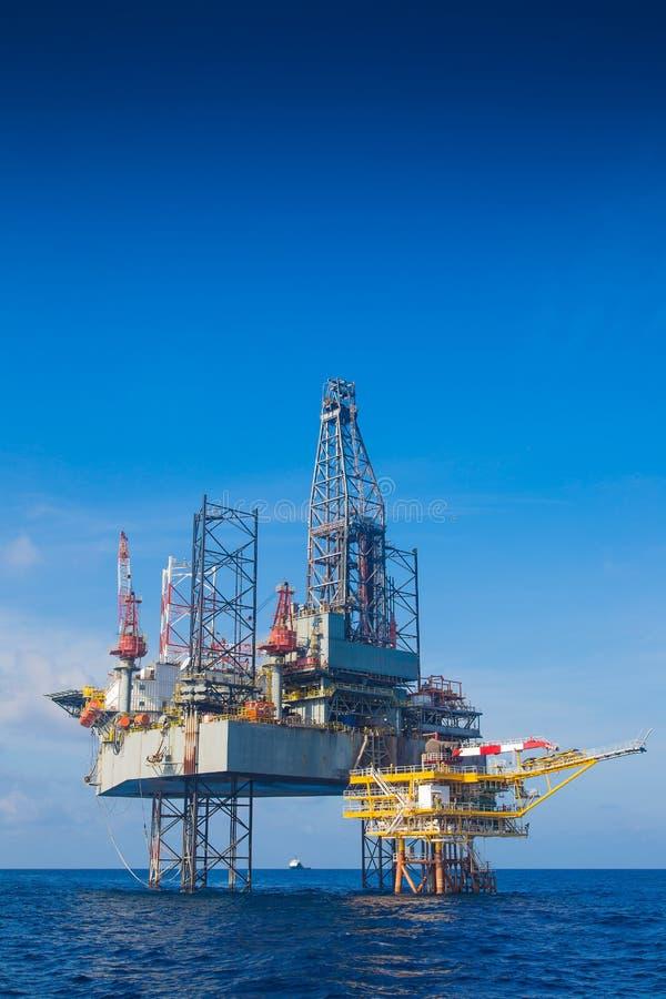 运作在泉源平台的近海油和煤气凿岩机 库存图片