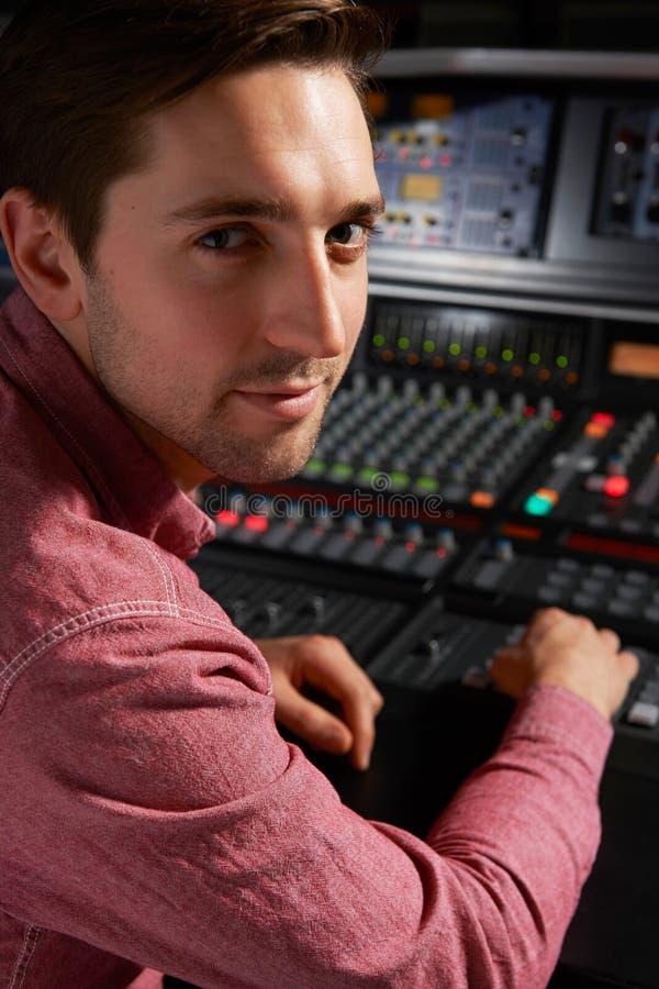 运作在混合的书桌的Engineeer在录音室 库存图片