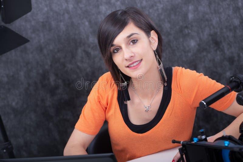运作在演播室的微笑的年轻女人画象 免版税库存图片