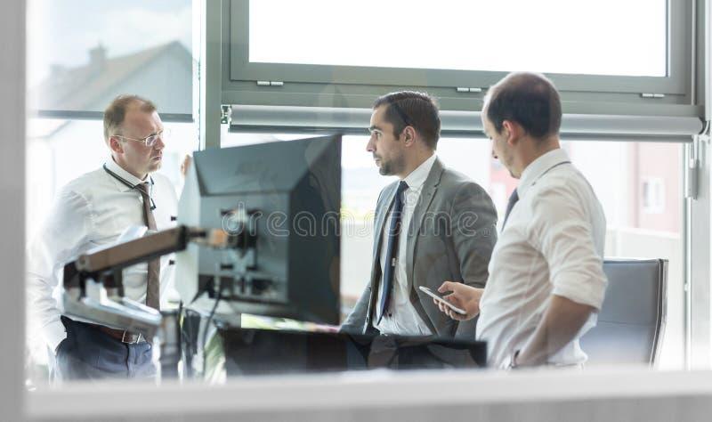 运作在现代办公室的公司businessteam 库存图片