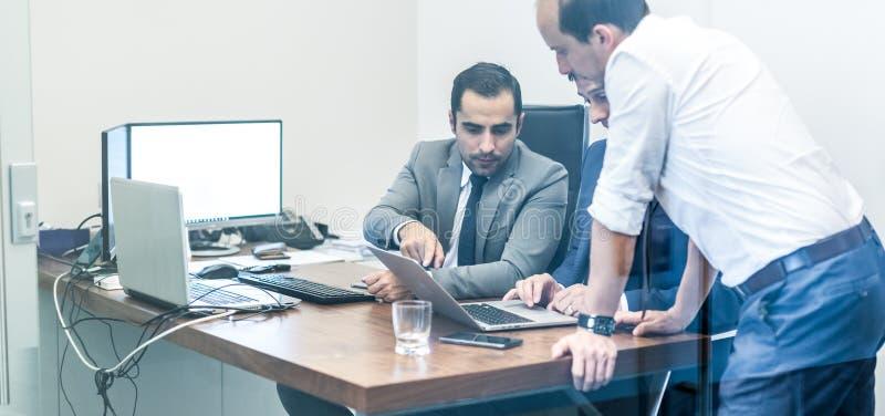运作在现代办公室的公司businessteam 免版税库存照片
