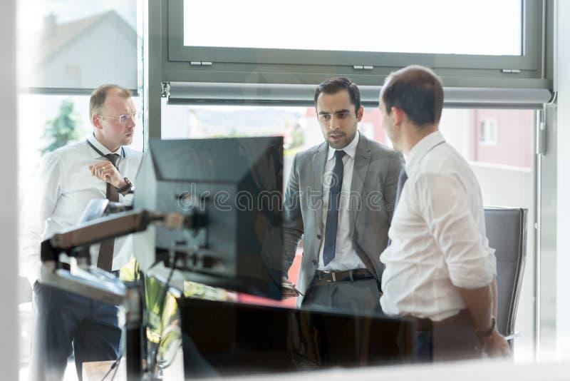 运作在现代办公室的公司businessteam 库存照片
