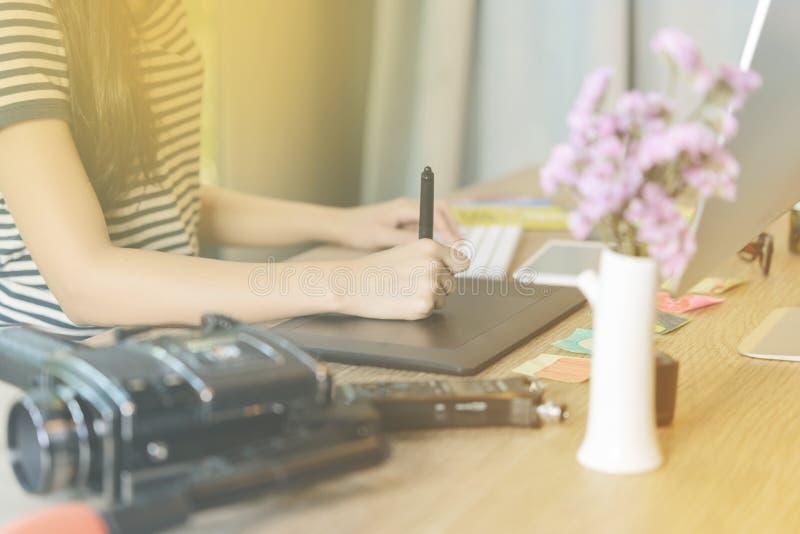 运作在笔桌上的女性右手特写镜头 免版税库存照片