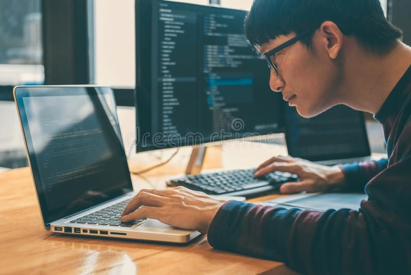 运作在编程的网站软件和编码技术的专业发展程序员,写代码和数据代码, 免版税图库摄影