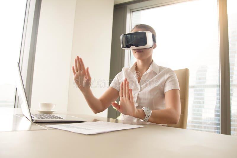 运作在虚拟现实中的女商人照片 免版税库存图片