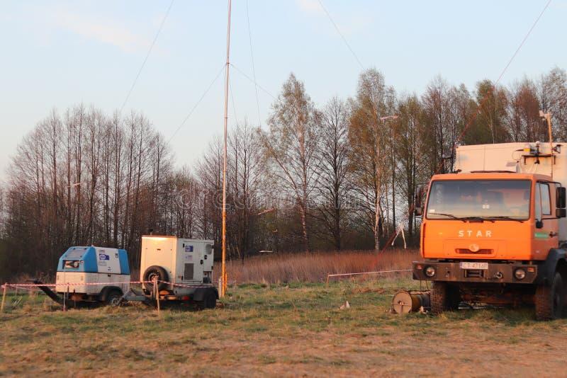 运作在路的流动气象站在自然环境里 汽车阵营专家诊断 的天气预报 免版税库存照片