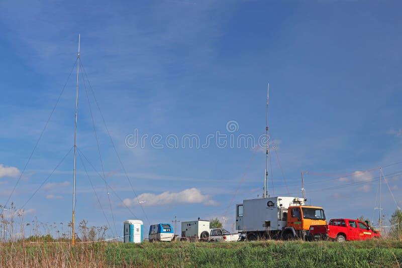运作在路的流动气象站在自然环境里 汽车阵营专家诊断 的天气预报 免版税图库摄影