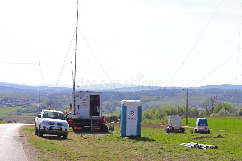 运作在路的流动气象站在自然环境里 汽车阵营专家诊断 的天气预报 库存照片