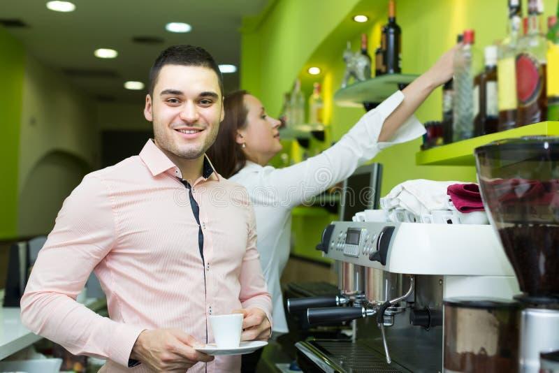 运作在酒吧的侍酒者和barista 免版税图库摄影