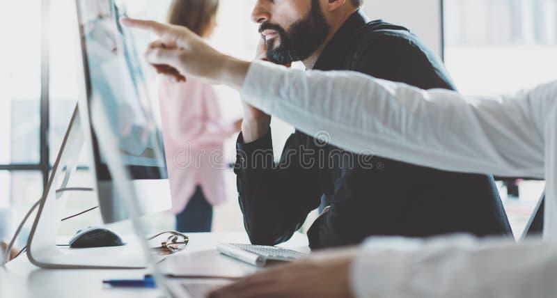 运作处理办公室的照片 显示报告屏幕的银行商业经理 年轻企业乘员组与起始的项目一起使用 免版税库存照片