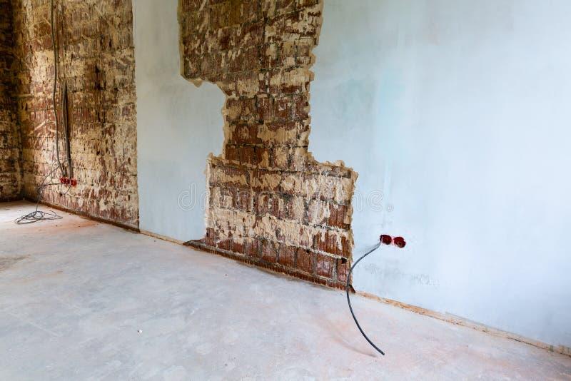 运作的以前追逐为电子,互联网缆绳和电力输出的过程挖沟的或墙壁安装金属框架 库存照片