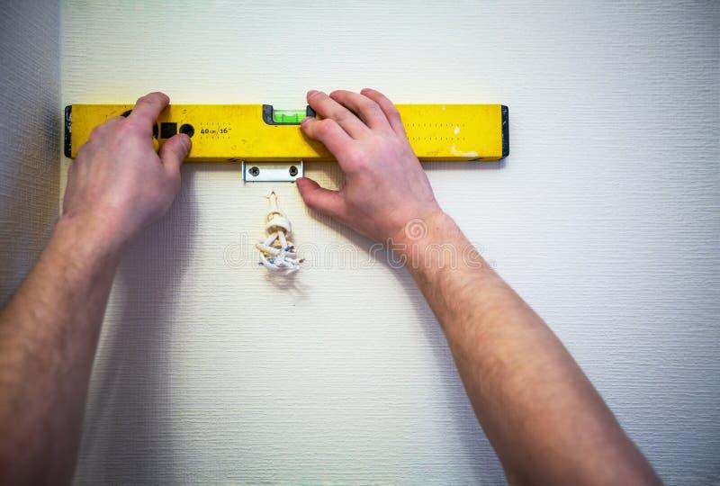 运作的以前追逐为电子,互联网缆绳和电力输出的过程挖沟的或墙壁安装金属框架 图库摄影