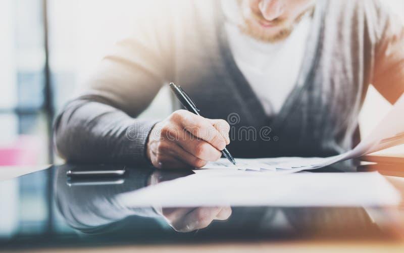 运作的处理照片 经理与新的起始的项目一起使用 现代笔记本和智能手机桌 签合同 图库摄影