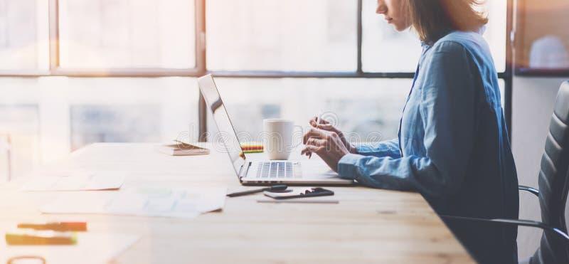 运作的处理现代办公室 与新的交易起步的年轻人财务经理运作的木桌 键入的当代 免版税库存照片