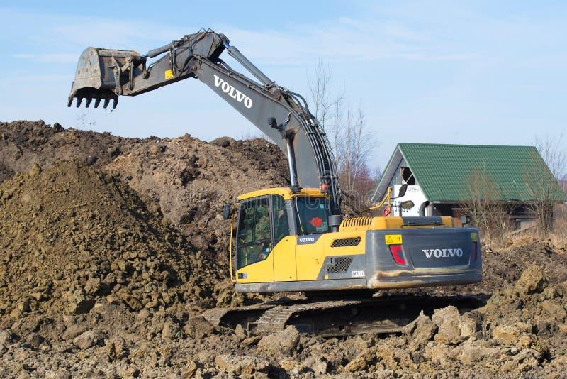 运作的履带牵引装置挖掘机富豪集团EC220Dl特写镜头,春日 免版税库存图片