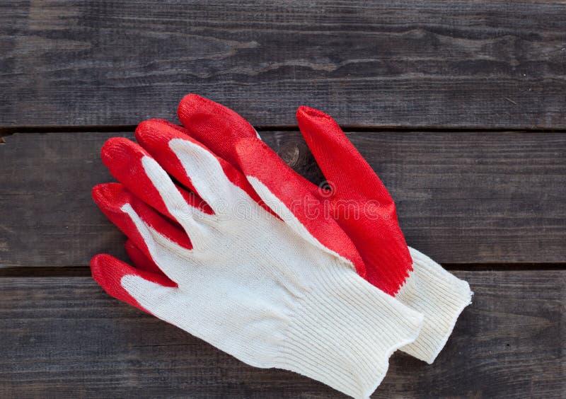 运作的手套准备好在土气木头 免版税库存图片