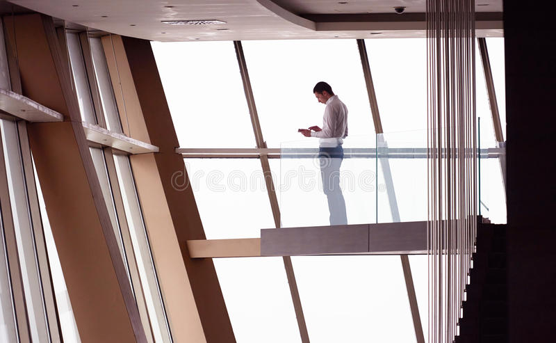 运作顶楼房屋的公寓的年轻成功的商人  库存图片