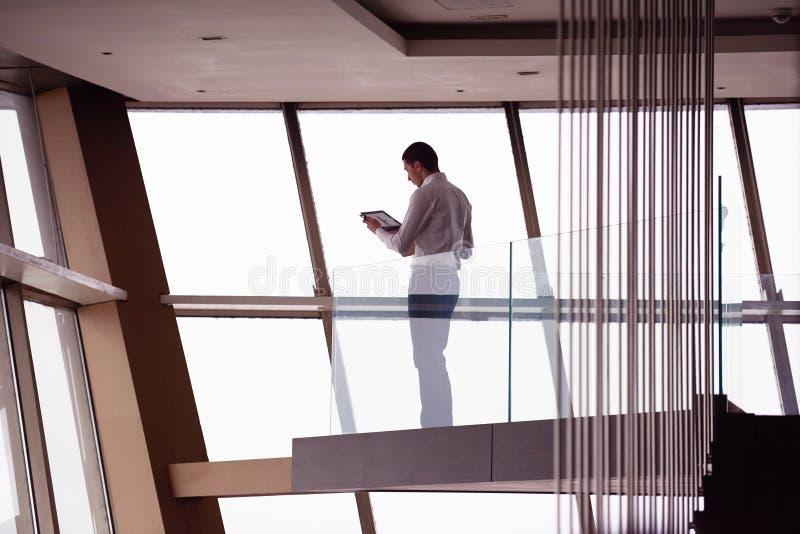 运作顶楼房屋的公寓的年轻成功的商人  免版税库存图片