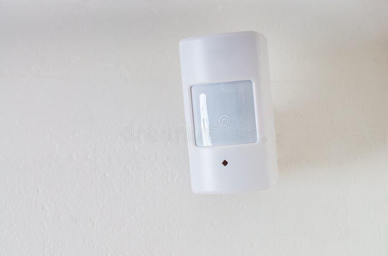 运动传感器或探测器保安系统的在墙壁登上了 免版税库存照片