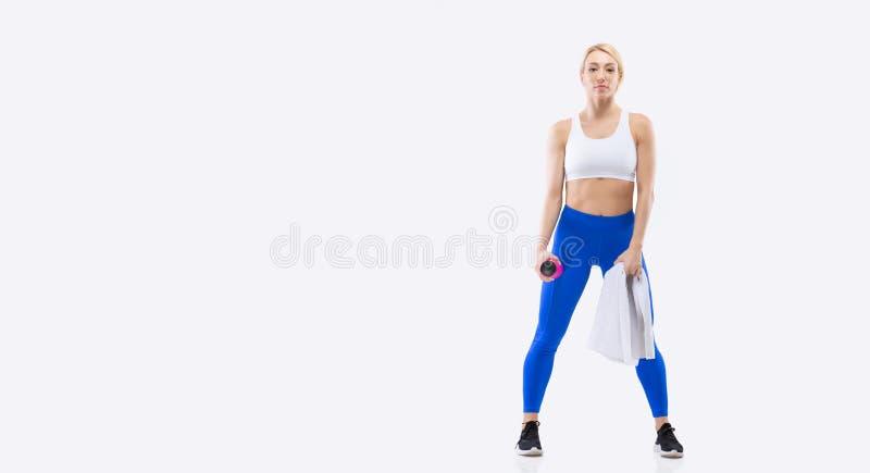 运动健身金发美女在工作室里摆运动装 库存图片