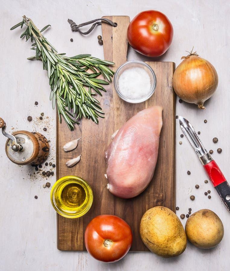 运动员、蕃茄、葱、鸡胸脯、黄油和盐土豆木土气背景顶视图的健康食物结束u 免版税库存图片