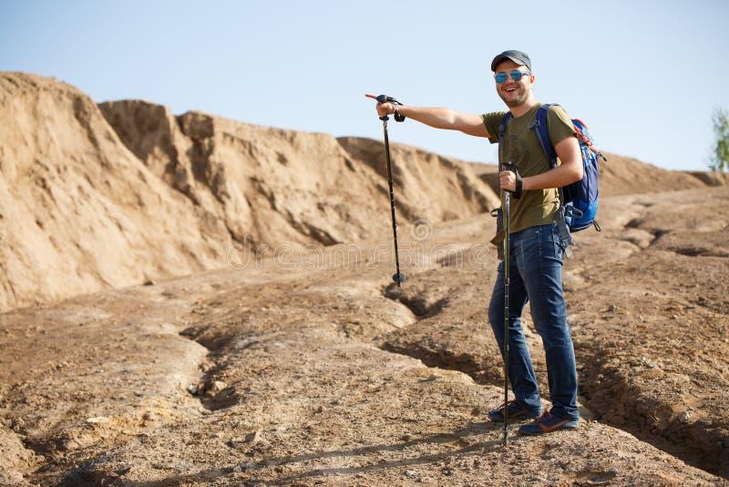 运动员人和拐杖的图片有背包的指向用手的边 库存图片
