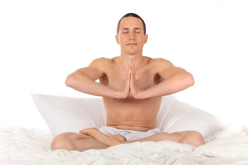 运动员健身男瑜伽 免版税库存照片