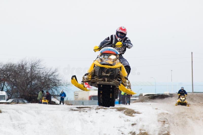 运动员在雪上电车跳 免版税库存照片