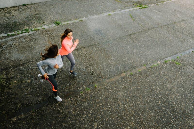 运动员女性运行中 免版税图库摄影