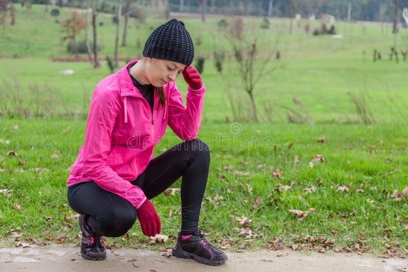 年轻运动员妇女感觉头晕或与头疼 免版税库存照片