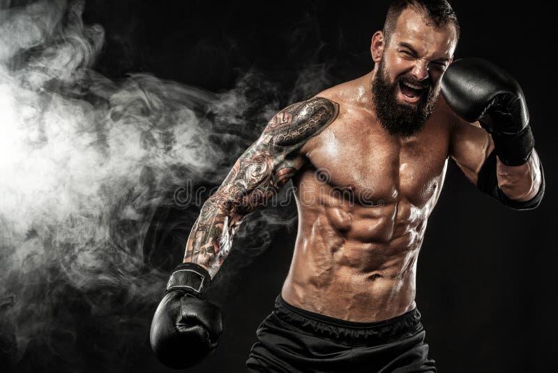 运动员战斗在与烟的黑背景的泰拳拳击手 复制空间 概念查出的体育运动白色 免版税库存照片