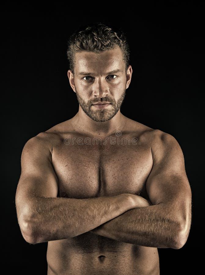 运动员用在肌肉光秃的躯干,胸口,腹部的被折叠的手 免版税库存图片
