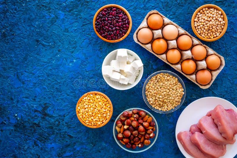运动员的食物 豆类,坚果,低脂肪乳酪,集会,在蓝色背景
