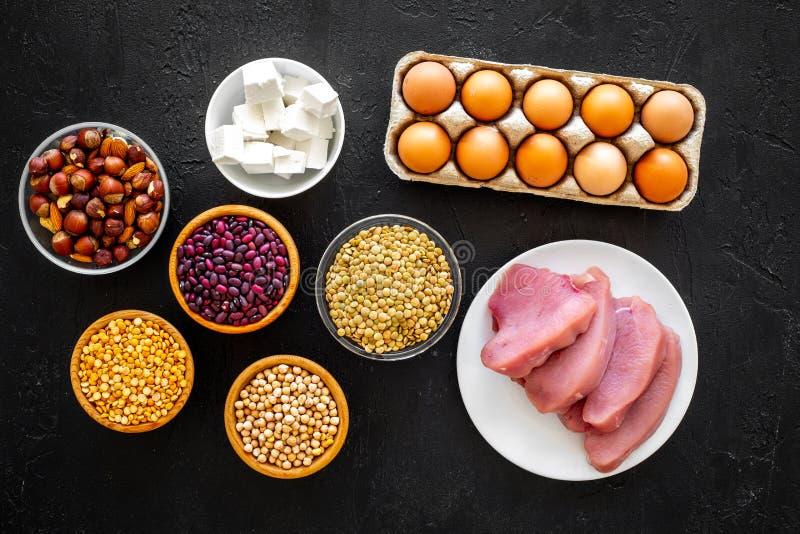 运动员的食物 豆类,坚果,低脂肪乳酪,集会,在黑背景顶视图的鸡蛋