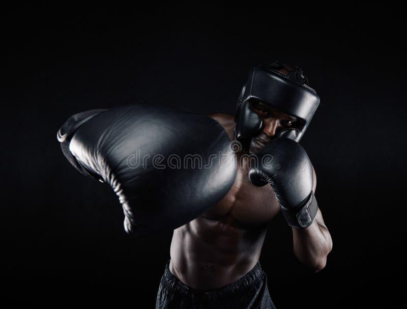年轻运动员训练拳击 免版税库存照片