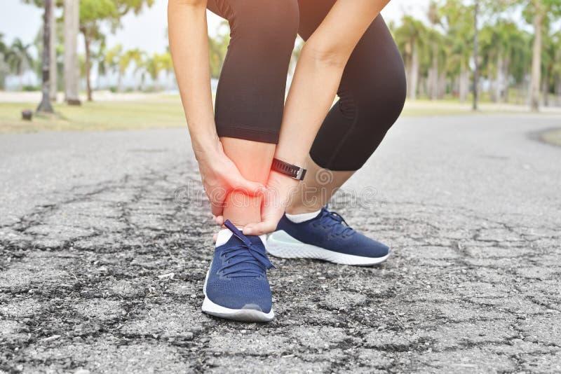 运动员赛跑者火车事故扭转的脚腕 免版税库存图片