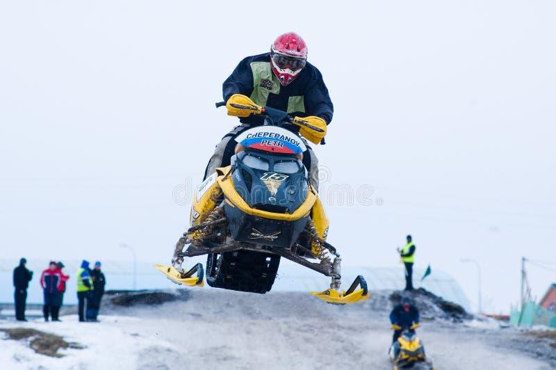 运动员跃迁雪上电车的 免版税库存照片