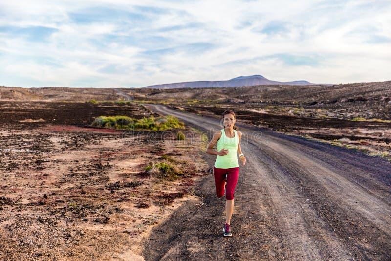 运动员跑在自然山的赛跑者足迹 库存照片