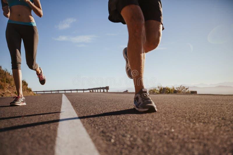 年轻运动员跑室外 免版税库存照片