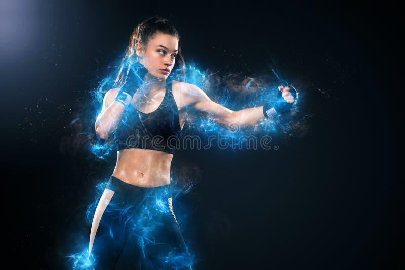 运动员,妇女在手套的拳击手战斗在黑背景 拳击和健身概念 能量和刺激 库存图片