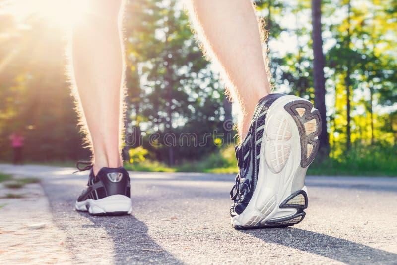 运动员年轻男性跑步外面 免版税图库摄影