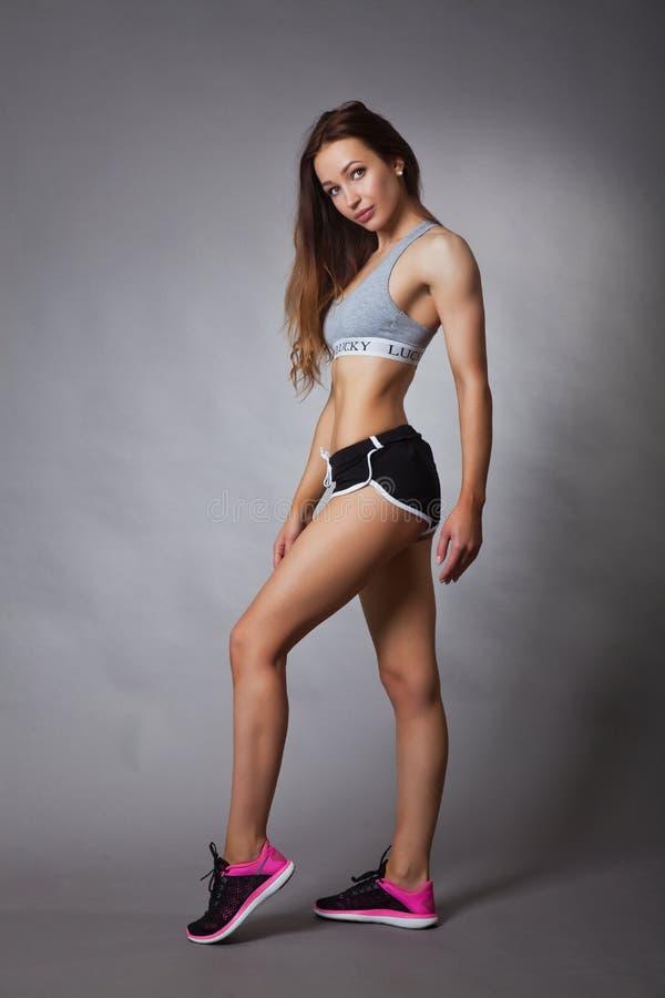 运动和性感的亭亭玉立的女孩 库存照片